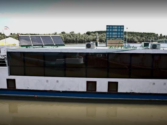 Hotel plutitor Camelia